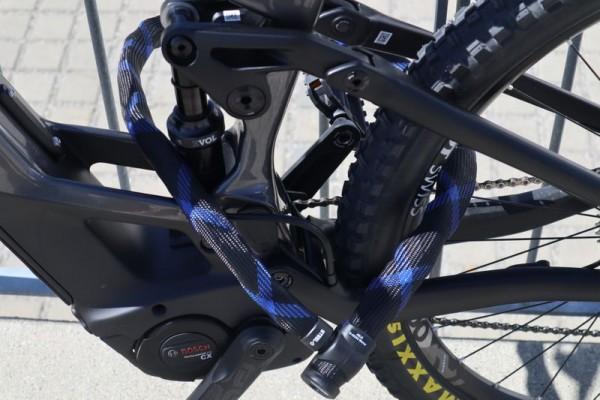 E-Bike-Versicherung-Bike-anschliessen